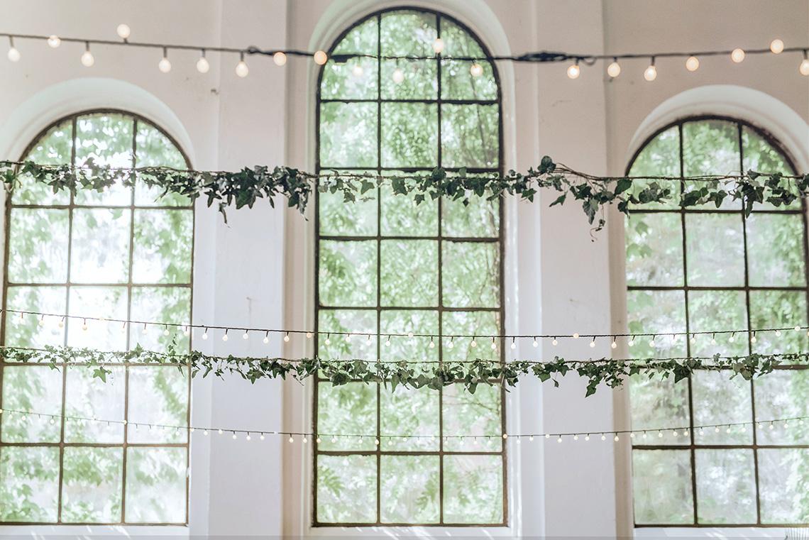 łańcuchy lampek i zielone girlandy
