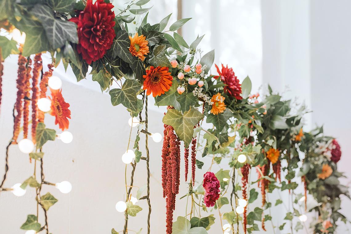 dekoracja weselna sierpniowymi kwiatami