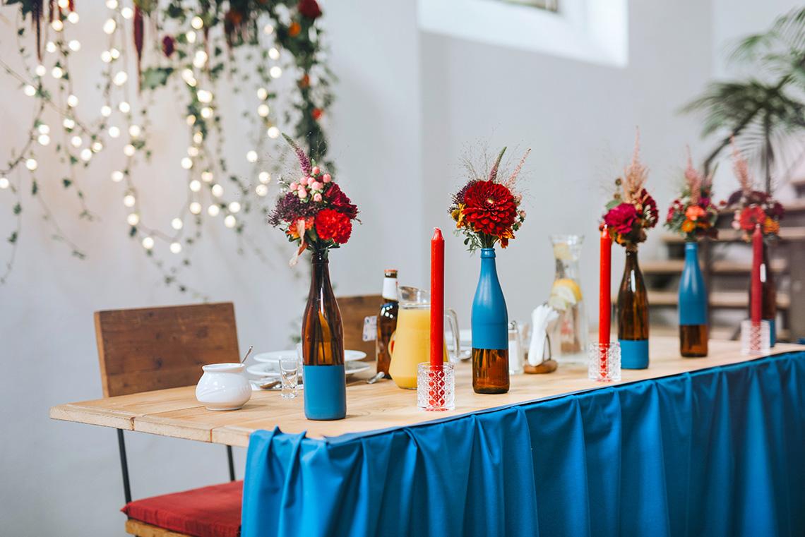 butelki z kwiatami na weselu w Impresji