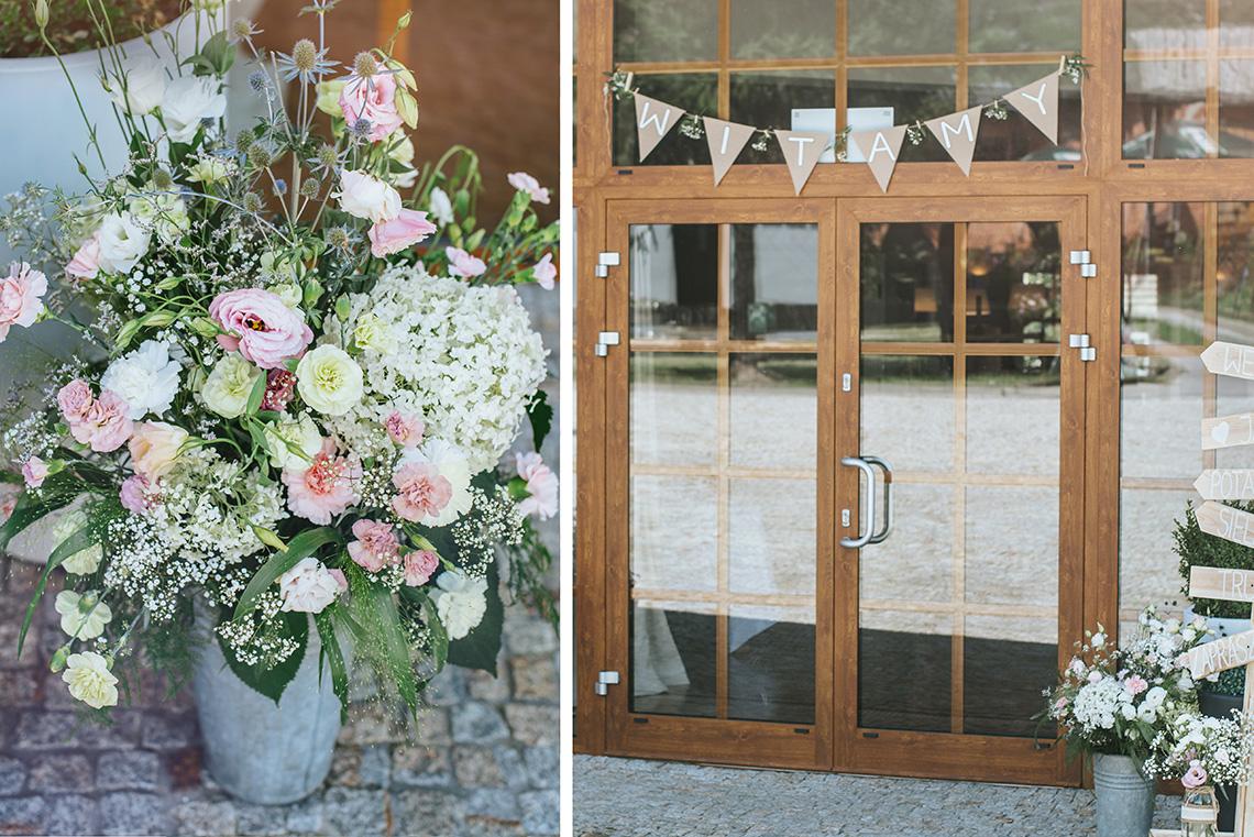 kwiaty na wejściu i baner powitalny