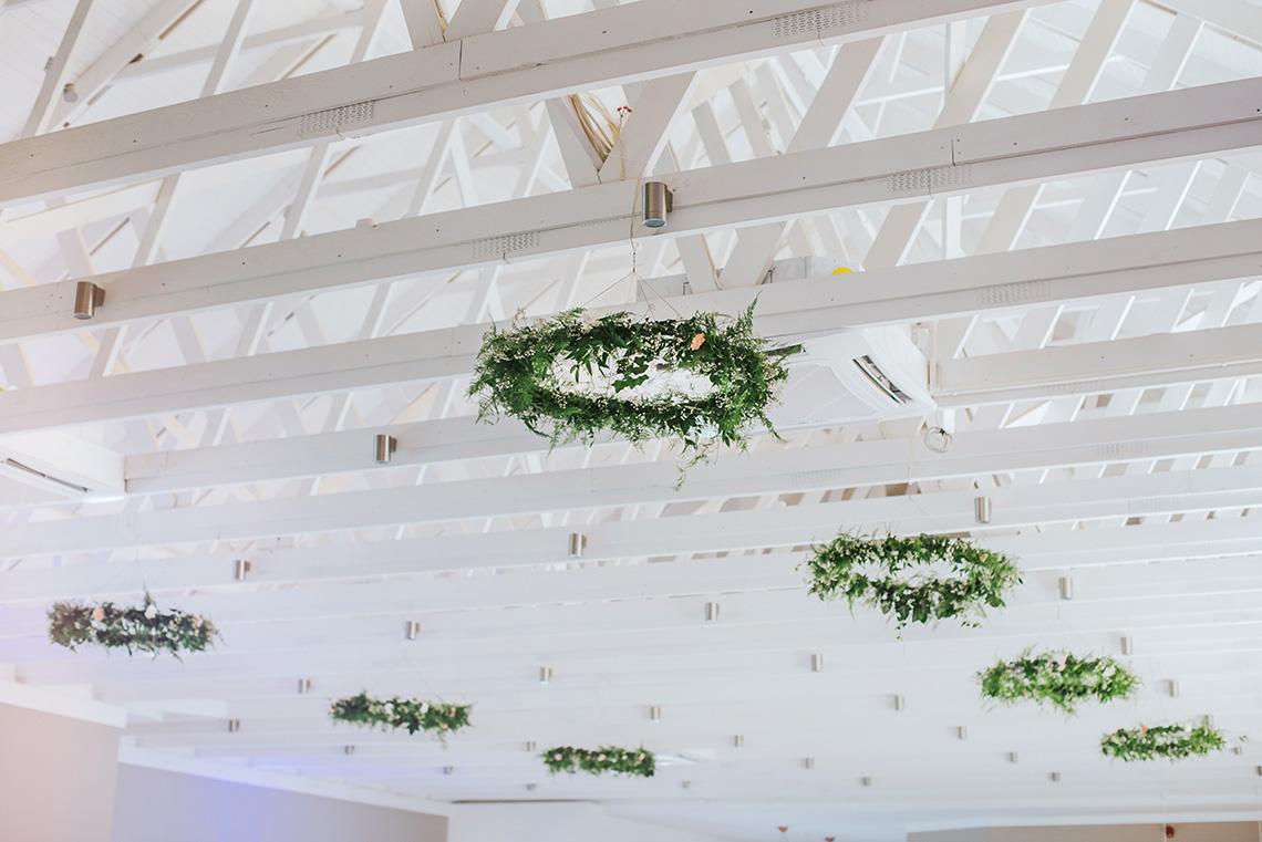 dekoracja sufitu roślinnymi wieńcami