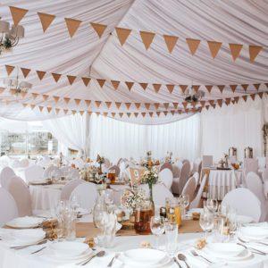 Rustykalne dekoracje wesele w namiocie