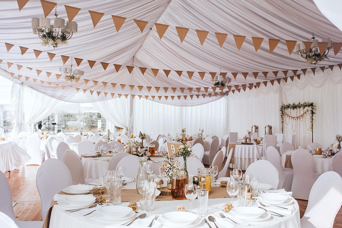 dekoracja wesela w namiocie
