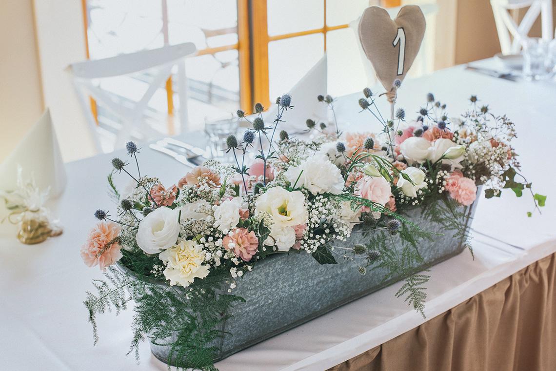 rustykalne kwiaty w ocynkowanym naczyniu