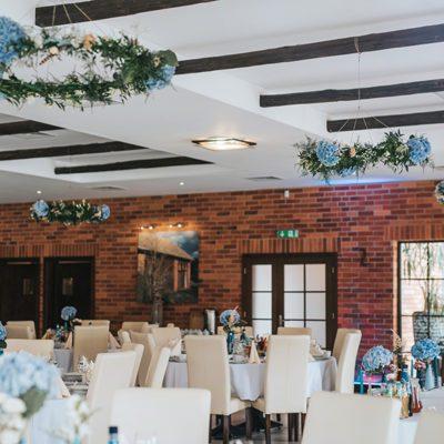 sala weselna z błękitnymi dekoracjami