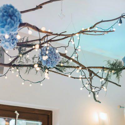 dekoracja wesela z błękitnymi hortensjami