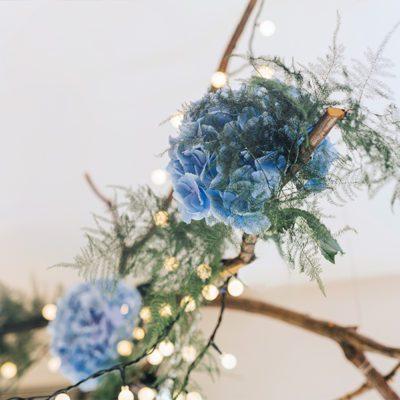 niebieskie hortensje w dekoracji wesela