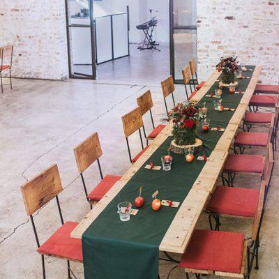 zielony bieżnik na drewnianych stołach