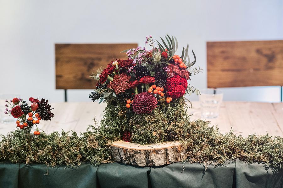 dekoracje kwiatowe z mchem