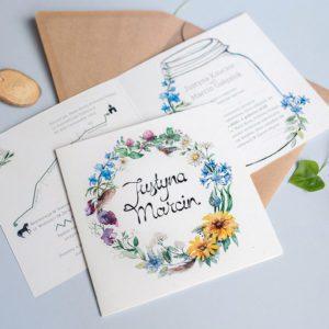 Polne kwiaty na zaproszeniu w rustykalnych klimatach