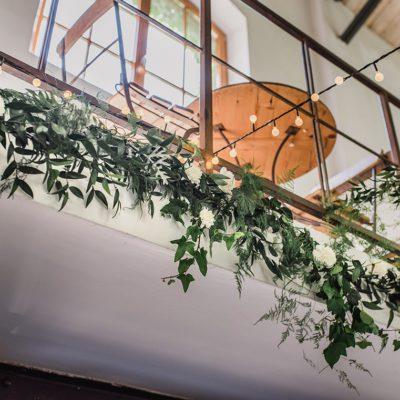 dekoracja sali weselnej kwiatami