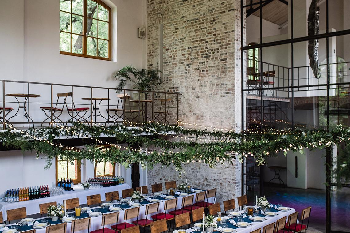 lampki i zielone girlandy na weselu