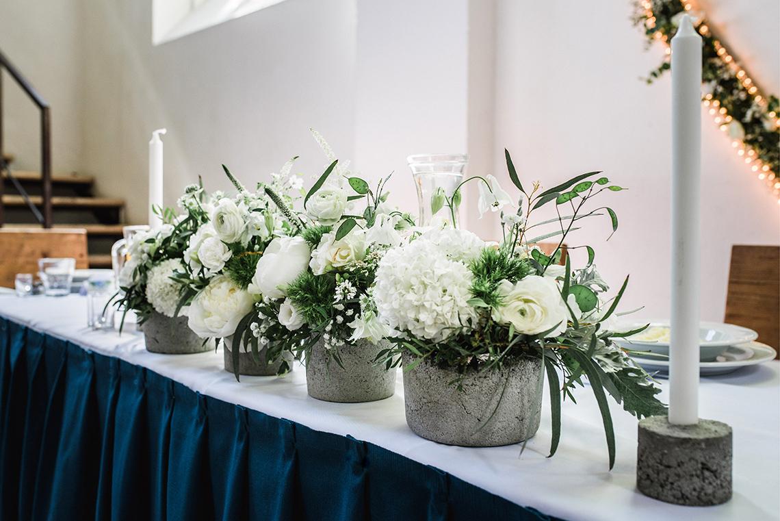 kwiaty na stole Państwa Młodych