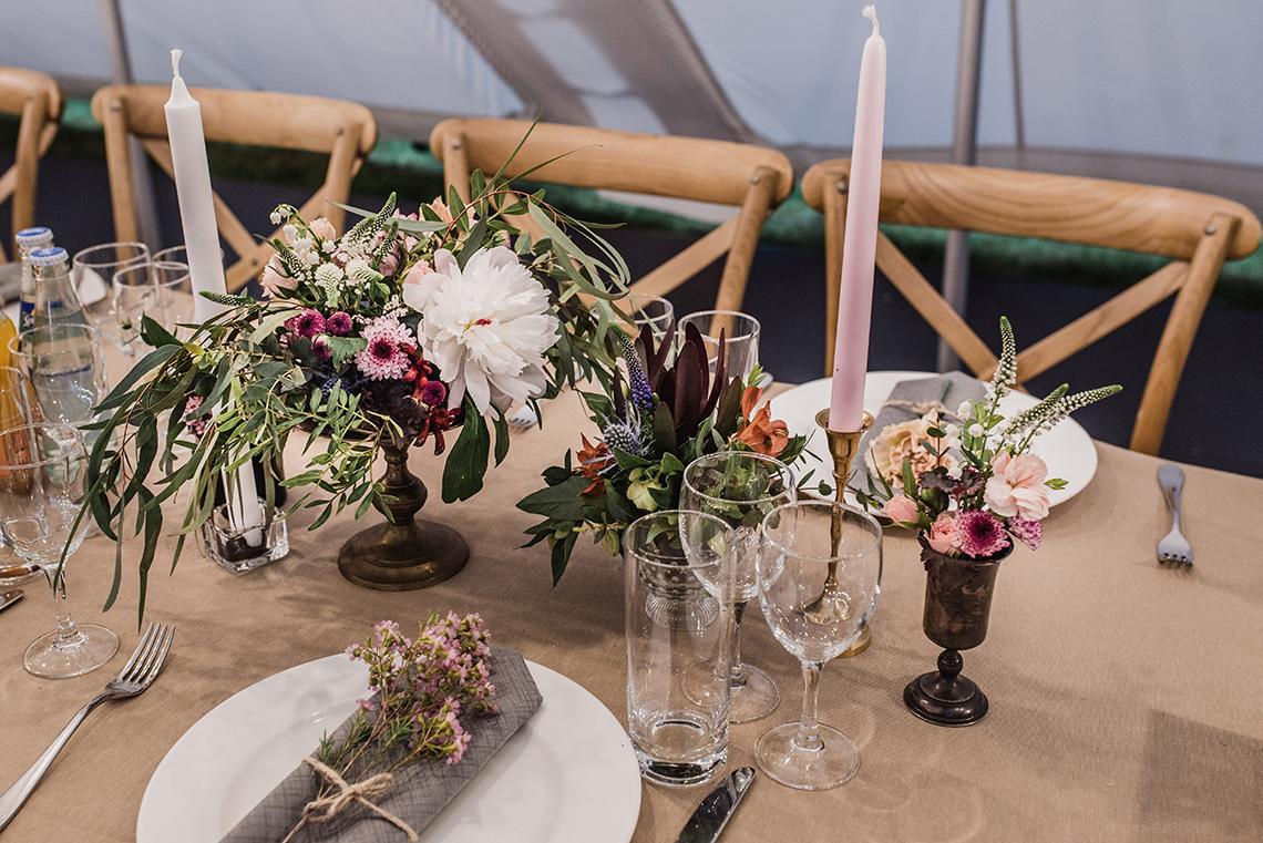 kolorowe kwiaty w mosiężnych i szklanych naczyniach