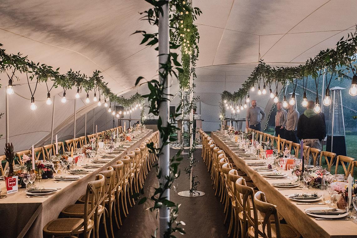 spojrzenie na namiot z dwoma stołami
