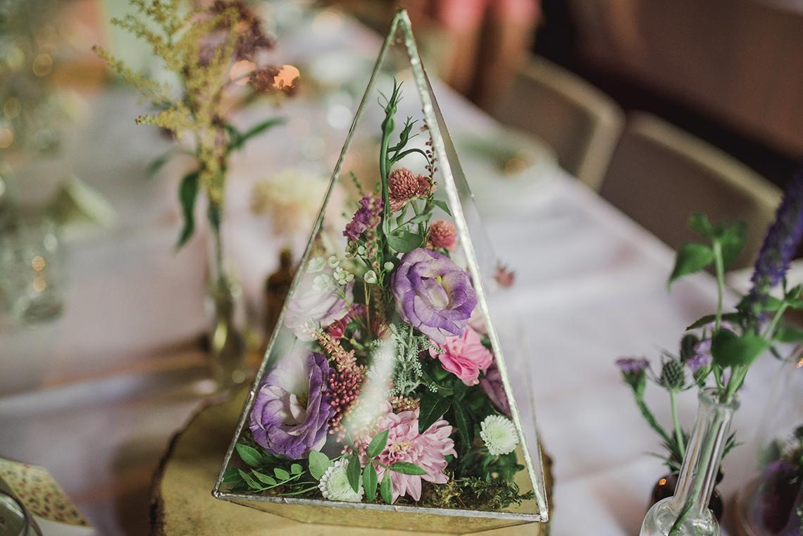 kwiaty w szklanym terrarium
