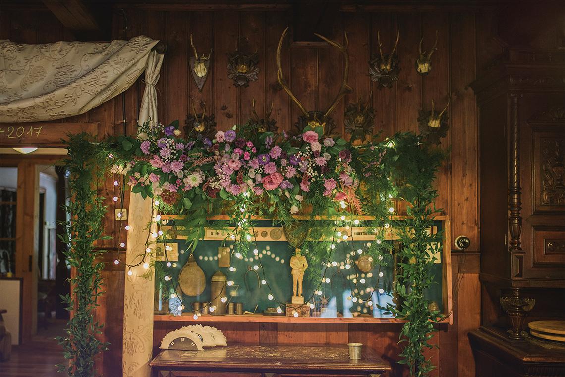 kwiatowa dekoracja za Państwem Młodych