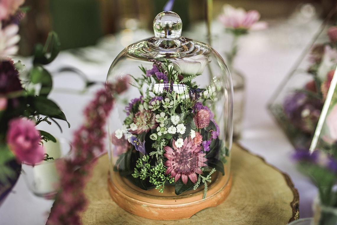szklany klosz z kwiatami