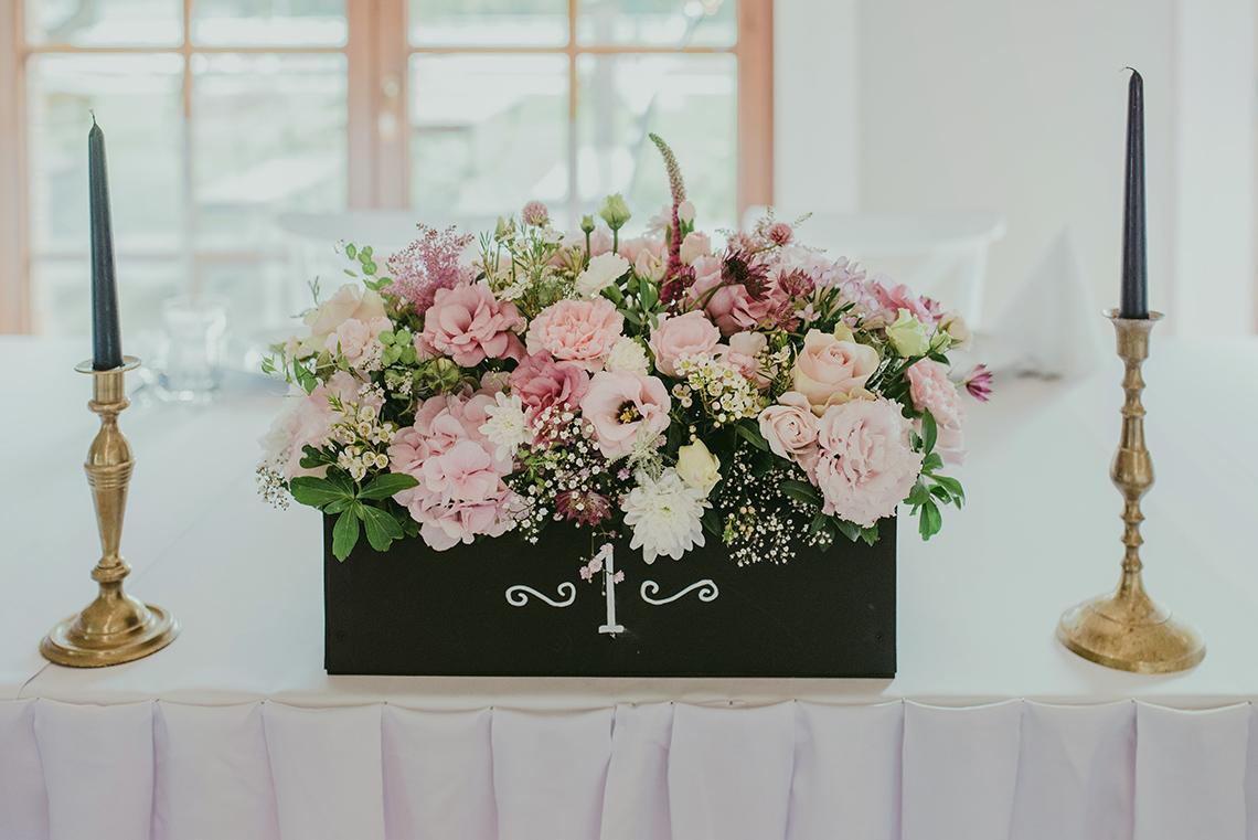 Skrzyneczka z kwiatami na stole PM