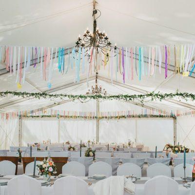 Kolory, wstążki i plenerowe wesele w namiocie! Dekorujemy w Tychach