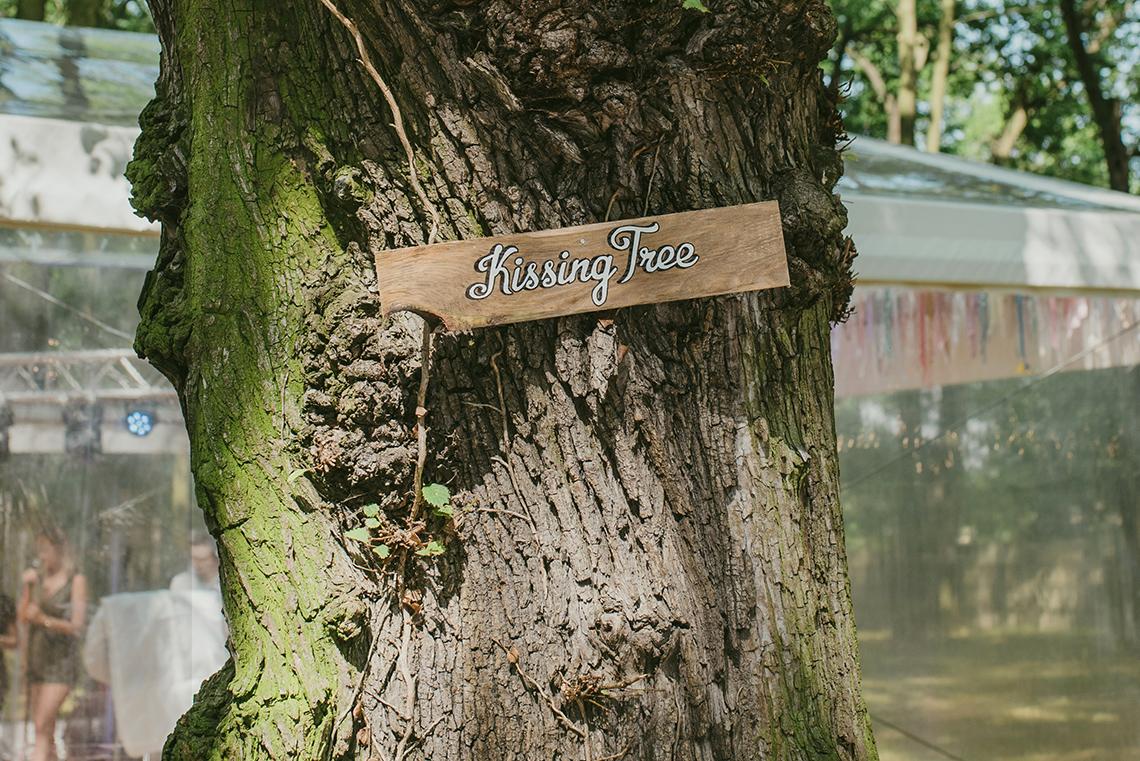 kissing tree na weselu