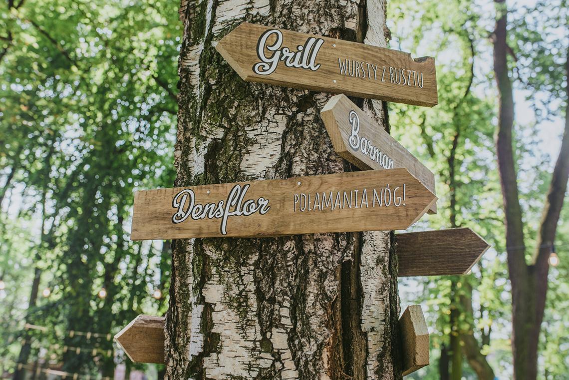 drewniany drogowskaz na weselu