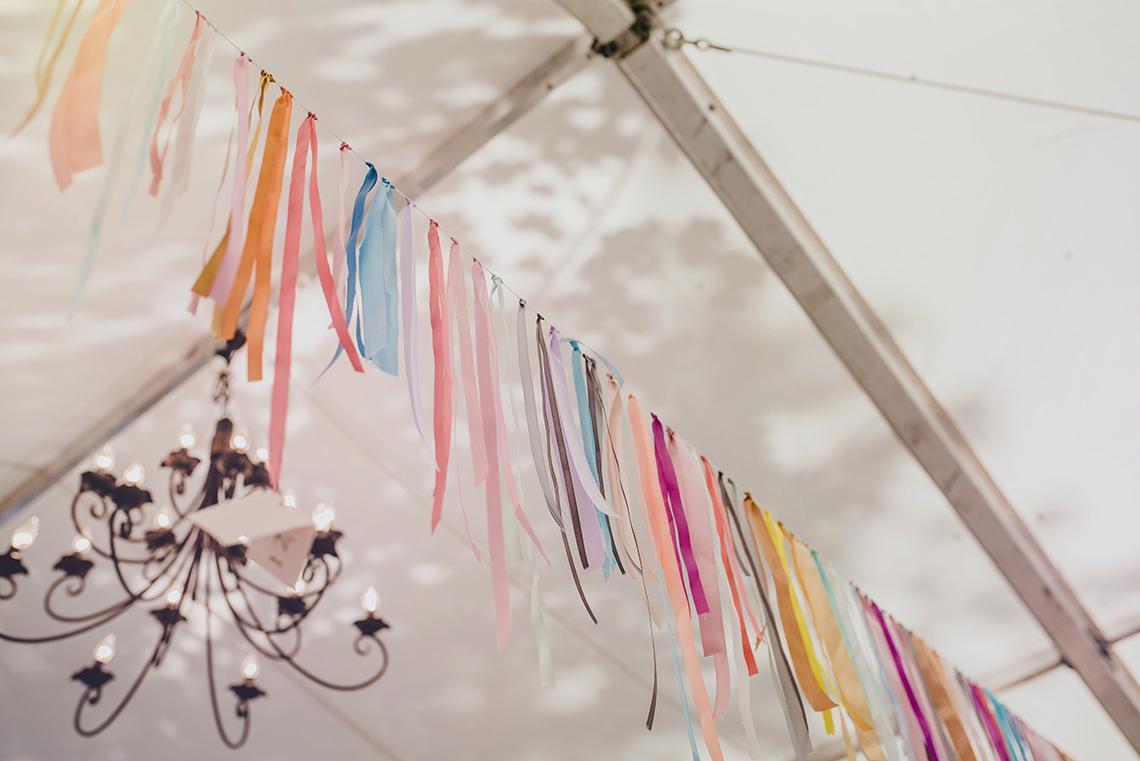 girlanda ze wstążek w dekoracji wesela