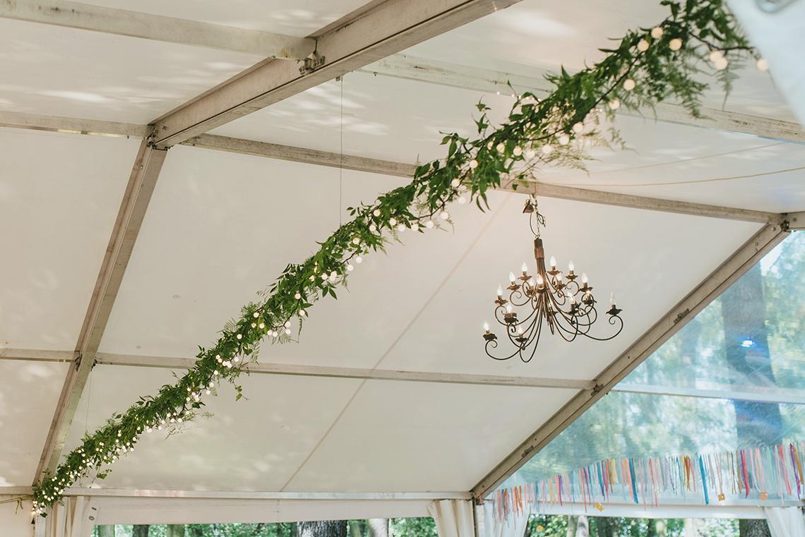 zielone girlandy w namiocie weselnym
