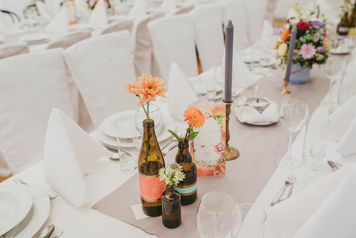 kwiaty w butelkach na weselu
