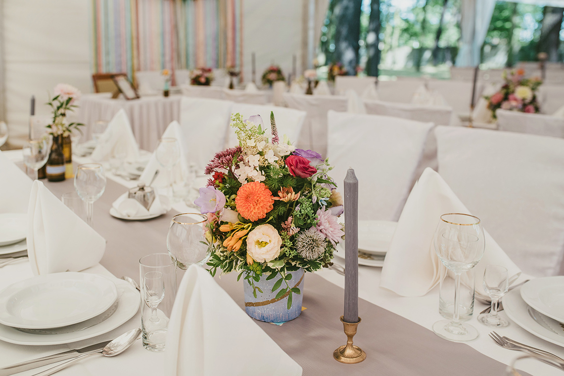 kolorowe kwiaty na stole weselnym