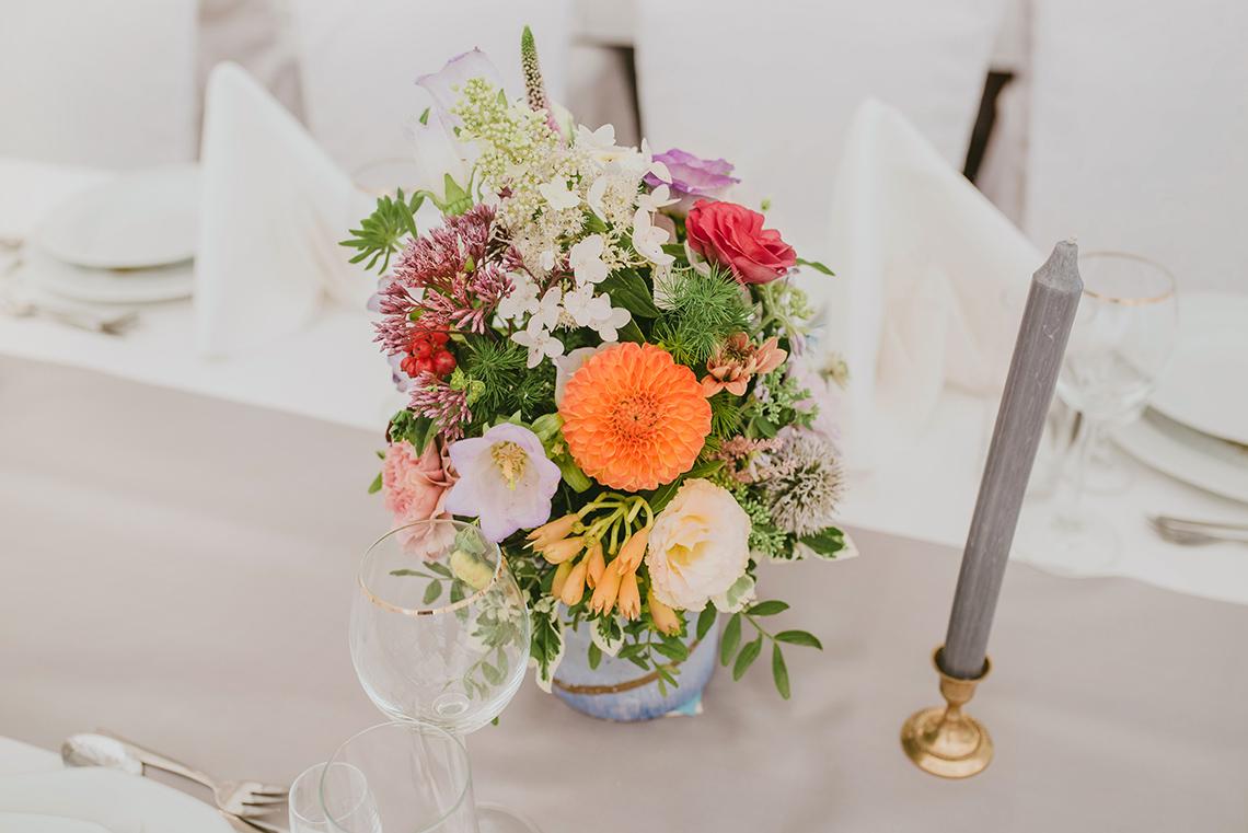 dekoracja stołu weselnego kwiatami