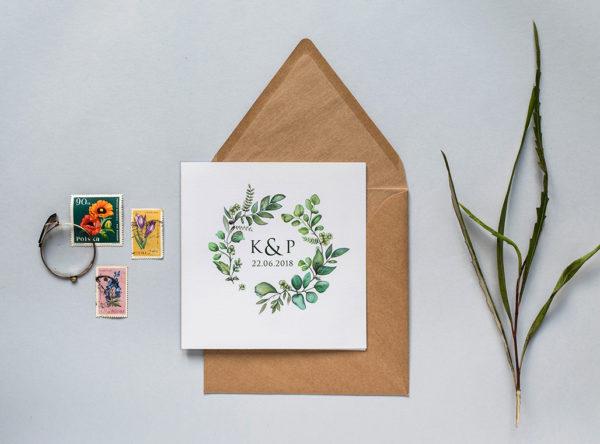 Minimalistyczne zaproszenie z zielonymi listkami