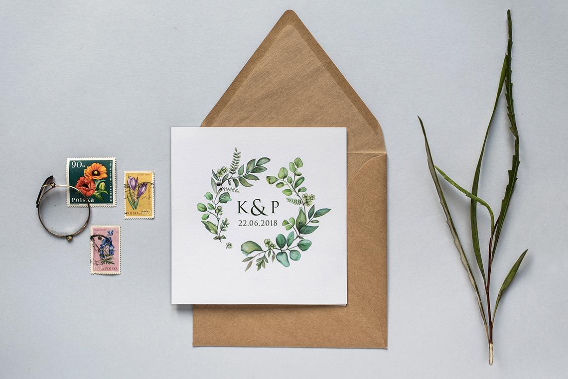 minimalistyczne zaproszenie z zielonymi listkami oraz eko koperta