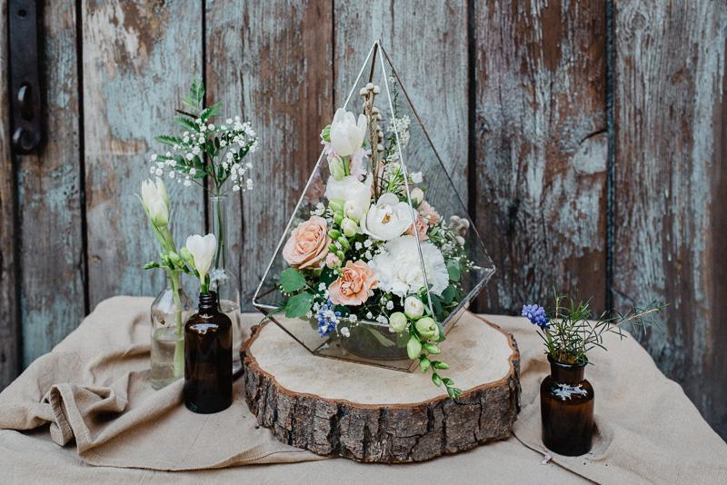 Z czym łączymy kwiaty na stoły weselne? Szkło beton, mosiądz, drewno.  Inspirujące dekoracje na sezon weselny 2018.