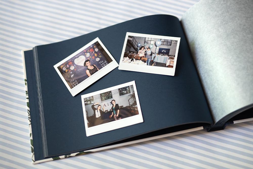 Granatowe karty księgi ze zdjęciami