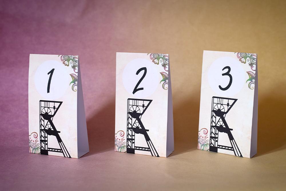 Numery stołów w formie piramidki